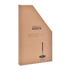 North en hållare till hushållspapper med en hållare i ek och med marmorfot från Modern house. Färg: Trä och ljus marmor.