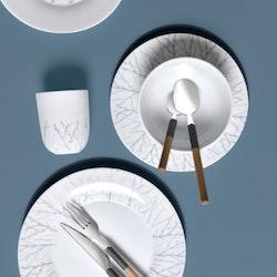 Björk en tallrik från modern house. Färg: Vit med grå dekor.