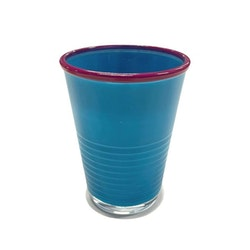 Macao ett färgglatt dricksglas från Modern house. Färg: Blått med en cerisé kant.