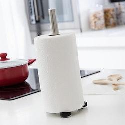 Hållare till hushållspapper i metall från Kitchen essentials. Färg: Metall med en svart fot i plast med sugproppar.