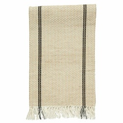 Klas long är en löpare med fransar på kortsidorna från Noble house i bomull och jute. Färg: Off-white, svart och jutefärgad.