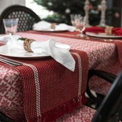 Klas är en löpare med fransar på kortsidorna från Noble house i bomull och jute. Färg: Röd, vit och jutefärgad.