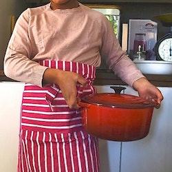 Poppy ett förkläde i bomull från Noble house. Färg: Rosa och vitrandigt. Mått: 60 x 75 cm. Material: 100% bomull.