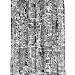 Gardinset 7815 med två öljettlängder. Färg: Vit med ett svart mönster..