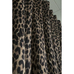 Leo ett gardinset i sammet med multiband med ett häftigt leopardmönster. Färg: Leopardmönster.