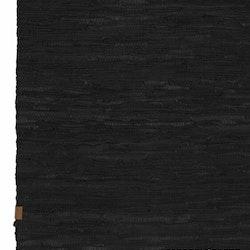 Leather en snygg och rejäl lädermatta. Färg: Svart.