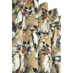 Kakau ett underbart gardinset i sammet med kakaduor i mönstret och multiband. Färg: Beige botten med vita kakaduor och grå och svarta färger.