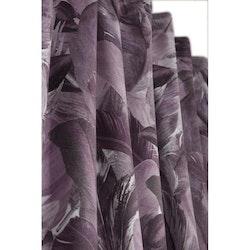 Fons ett gardinset i sammet med mönster med gröna fjädrar. Färg: Lila.