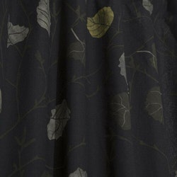 Björk ett gardinset med med multiband. Färg: Svart med höstfärgade löv.