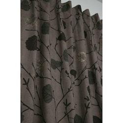 Björk ett gardinset med med multiband. Färg: Brun med höstfärgade löv.