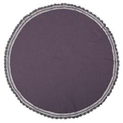 Hedda en rund bordsduk med spetskant runt om i bomull, diameter 160 cm. Färg: Lila.