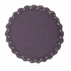 Hedda en rund bordsduk med spetskant runt om i bomull, diameter 25 cm. Färg: Lila.