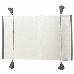 Särö en vävd bomullsmatta, 50 x 80 cm. Färg: Vit med grå ränder och grå tofsar.