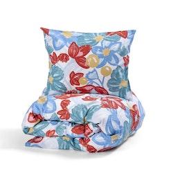 Bäddset Dagny från Queen Anne i 100% bomull. Färg: Vit botten med blommor och blad i rött, blått, gult och grönt.