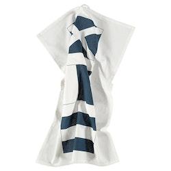 Flag en kökshandduk i bomull från Gripsholm. Färg: Vit med ett marinblått mönster.