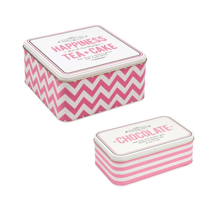 Set med en fyrkantig kakburk och ett chokladskrin i rosa och vitt från Alice Scott