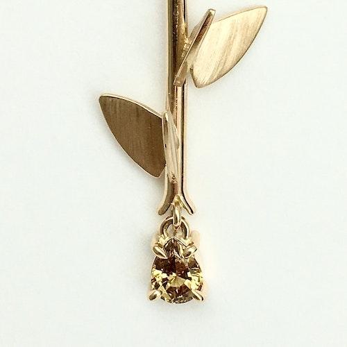 Fjäril på kvist med safir