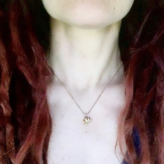 Ängshumla - hängsmycke i guld