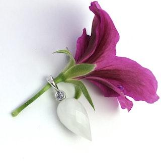 Frostvit kvarts med violett safir