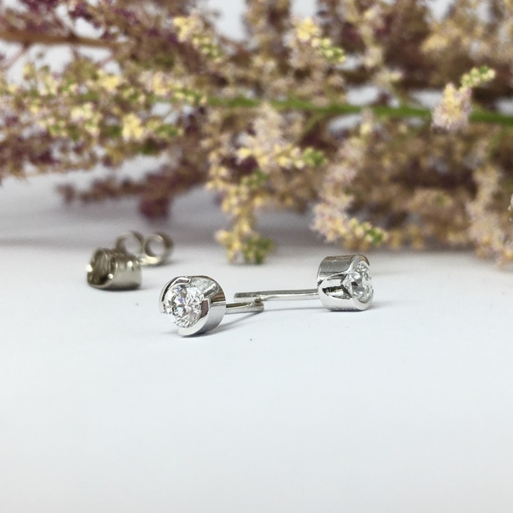 Klassiska briljantörhängen