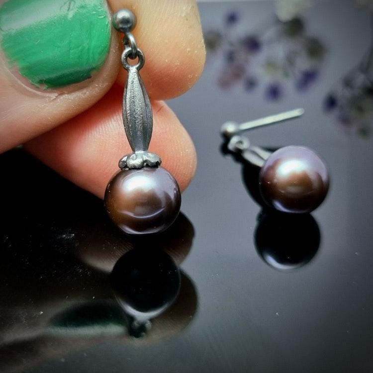 Gullviva med svart pärla