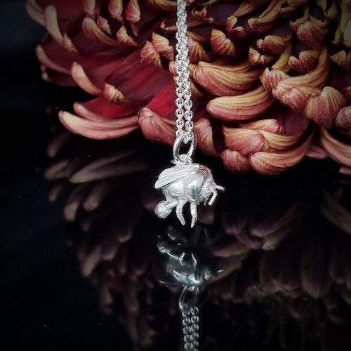 Ängshumla - hängsmycke i silver
