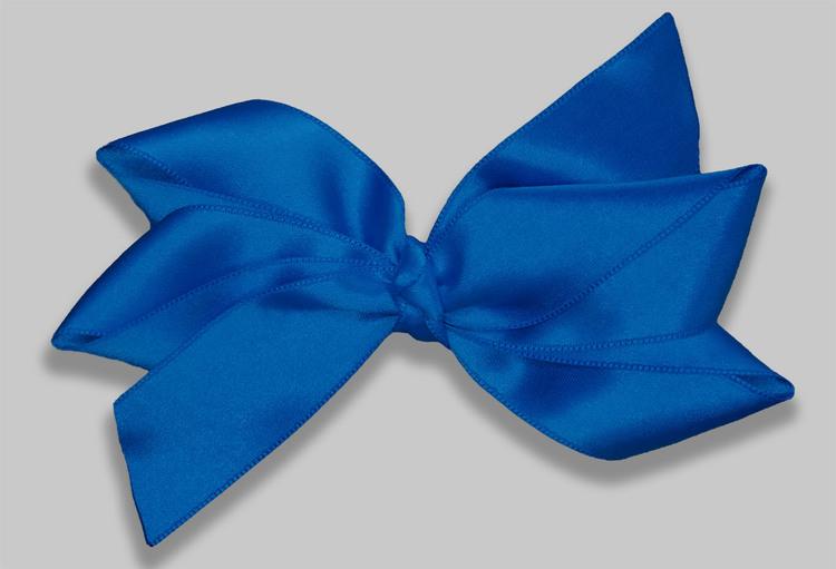 Midsommarrosetten hittar du hos Ellarosetten. Somrig och kungligt blå. Stor rosett som är handgjord från ellarosetten.
