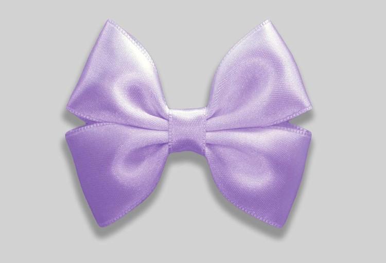 liten hårrosett i en somrig färg satinband OEKO-TEX  handgjorda kvalitetsrosetter från spanien. Pastell lila är vårens absoluta favoritfärg.