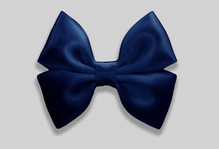 Mörkblå rosett till håret på Klämma. Satinband.