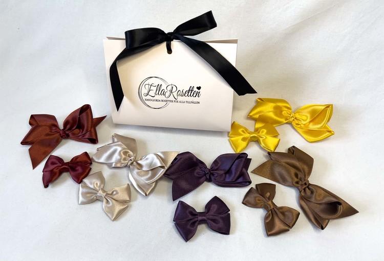 Handgjorda rosetter i lyxig presentförpackning från ellarosetten i beiga nyanser. Hårrosetterna är populära håraccesoarer.