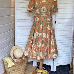Blommig klänning med vidd