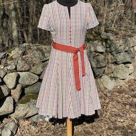 Rutig klänning med vid kjol
