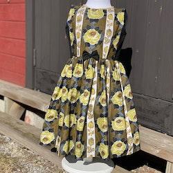 Flickklänning med fina rosor