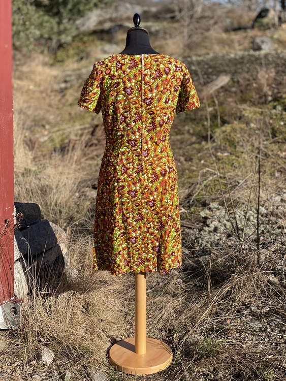 Figuranära klänning i afrikanskt tyg