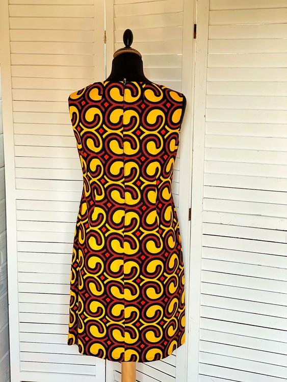 Färgstark figurnära klänning