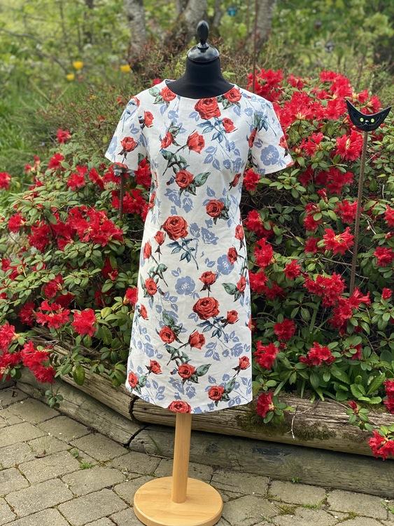 Rosor i figurnära klänningen