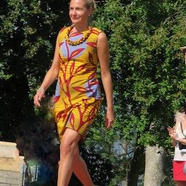 Figurnära klänning afrikanskt mönster