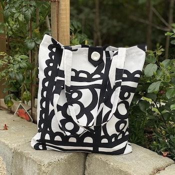 Fodrad svart/vit kasse i häftigt mönster