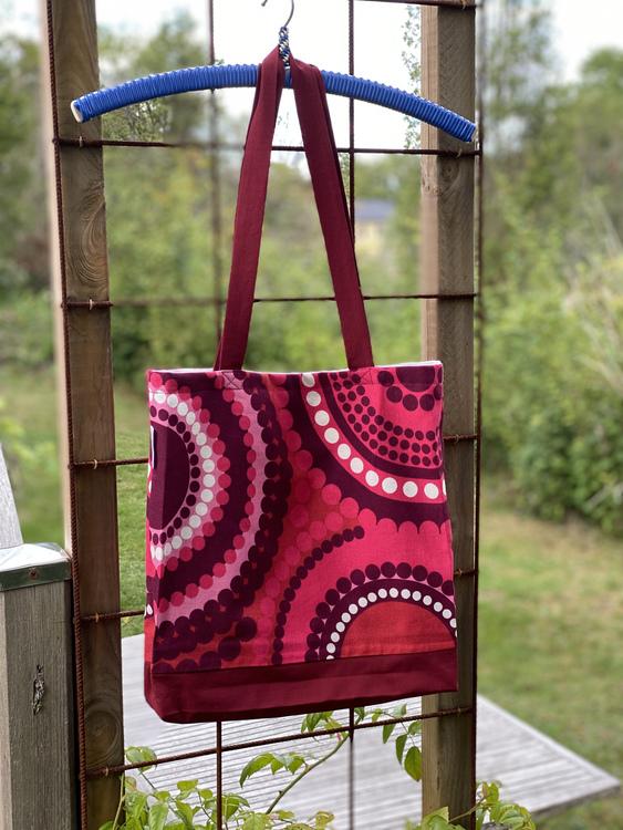 Härligt rödmönstrad kasse, designtyg Mona Björk