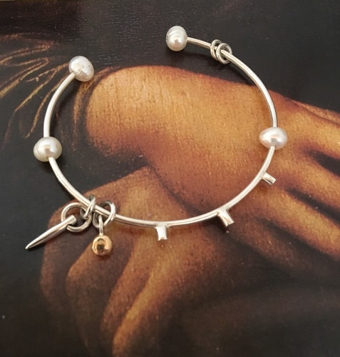 Bracelet with thorn and pearls