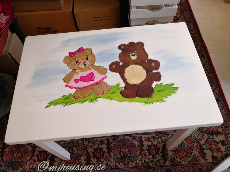 Handmålat Barnbord med Figurer