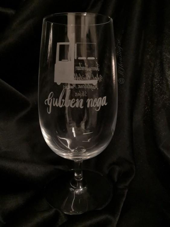 Graverat Ölglas med text