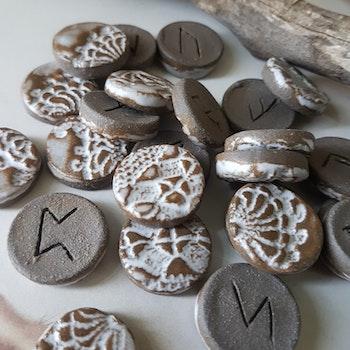 Runor i keramik