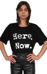 Svart T-shirt. Here. Now. Eko bambu från Mata Hari