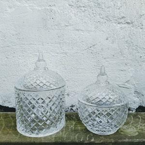 Två söta mönstrade skålar i klarglas, set om två