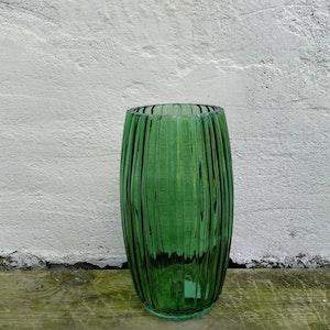 Stor räfflad vas i grönt glas