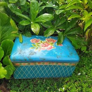 Stor burk i blått med röda rosor på locket i härlig retrostil