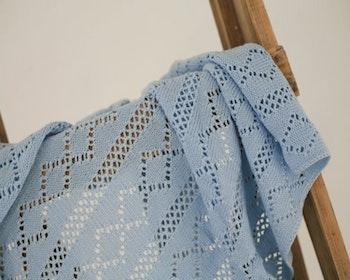 Stickad spets-babyfilt blå