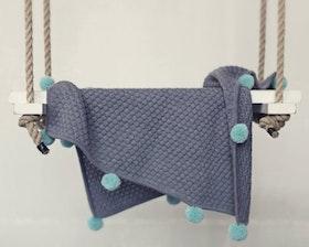 Stickad babyfilt grå med pompoms