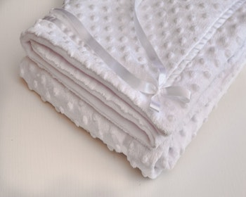 Klassisk babyfilt i fleece vit